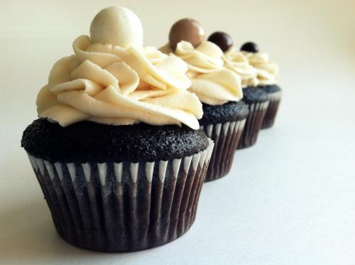 chocolate stout cupcakes with irish cream ganache filling and irish buttercream